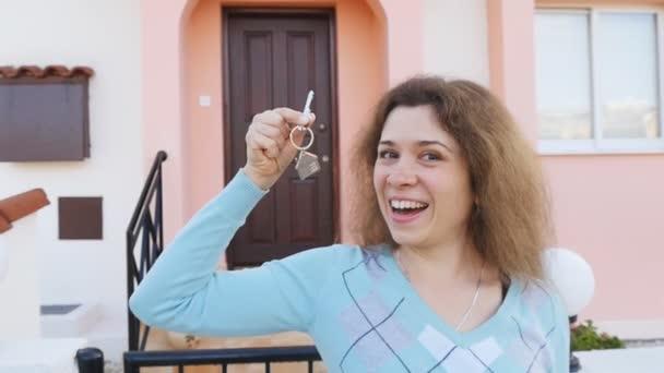 Donna che tiene la chiave di casa