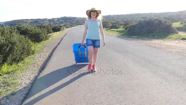 Mladá žena s kufrem na dovolenou