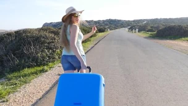 Junge Frau mit Koffer im Urlaub