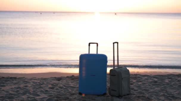 Dva kufry na pláži
