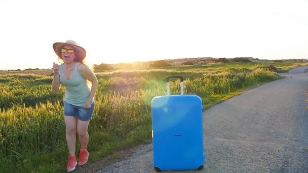 Hapy fiatal nő bőrönddel. Utazási koncepció