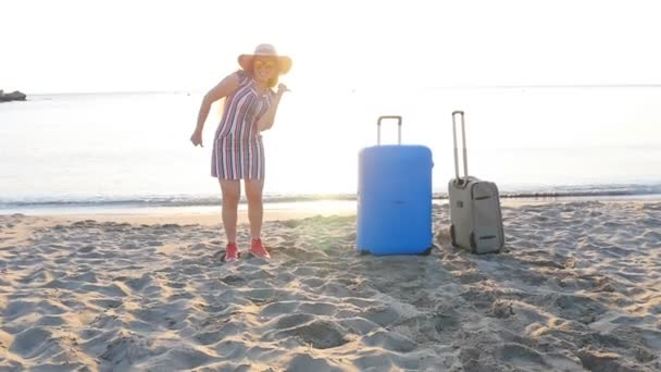 Šťastná mladá žena cestovatele tance na pláži