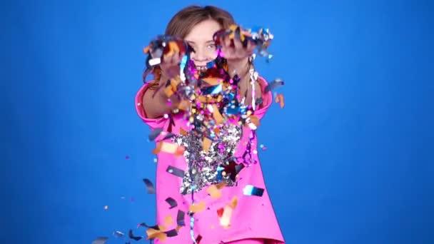 Šťastná mladá žena nebo dospívající dívka s flitry a konfety party