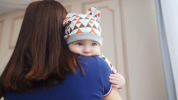 Novorozený chlapeček v náručí matky
