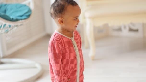 Cute usmívající se dítě učí chodit