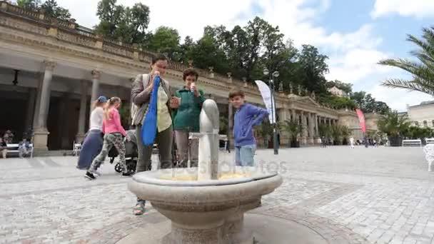 Karlovy Vary - 13. června: Horké minerální vody gejzír jaro zdroj ve veřejném náměstí časová prodleva na 13 června 2017 v Karlových Varech