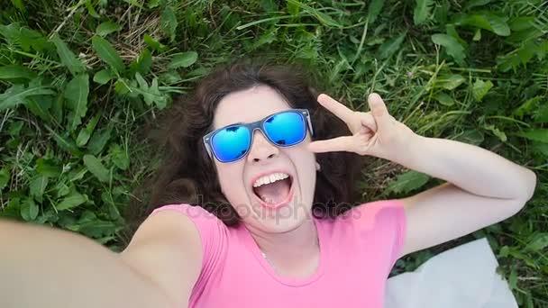 Mladá žena, takže selfie Foto v parku