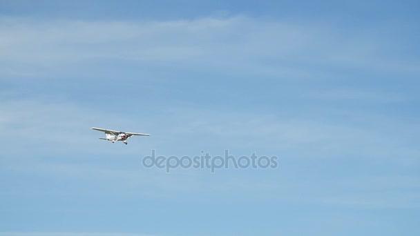 Prag, Tschechische Republik - 6. Juni 2017: Cessna-Flugzeug im Finale mit Wolkenhimmel-Landung