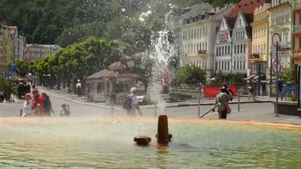 Karlovy Vary - 13. června: Lázeňské město horké minerální vody gejzír na 13 června 2017 v Karlových Varech