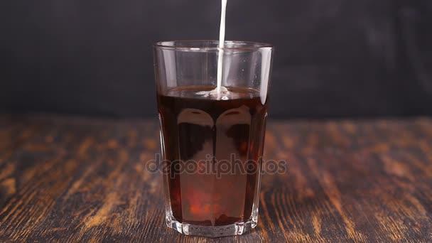 Barman nalévá smetany do kávy koktejl