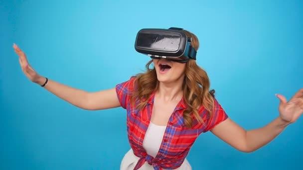 Junge Frau mit Virtual-Reality-Headset