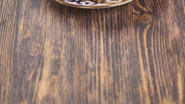 Manti ravioli velké knedlíky na talíři s kysanou smetanou