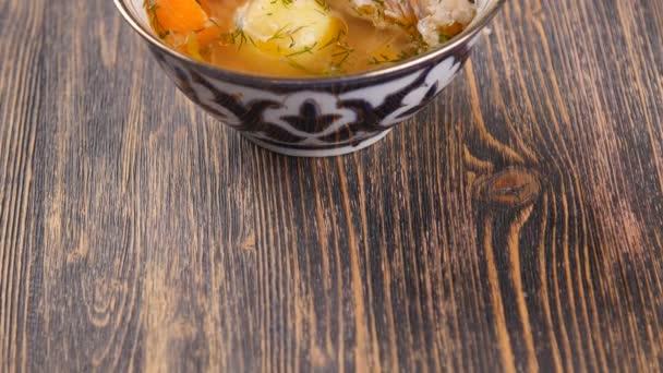 Uzbecká polévka na dřevěný stůl