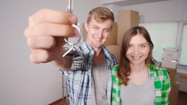 Fiatal házaspár, dobozok és a gazdaság lapos billentyűk