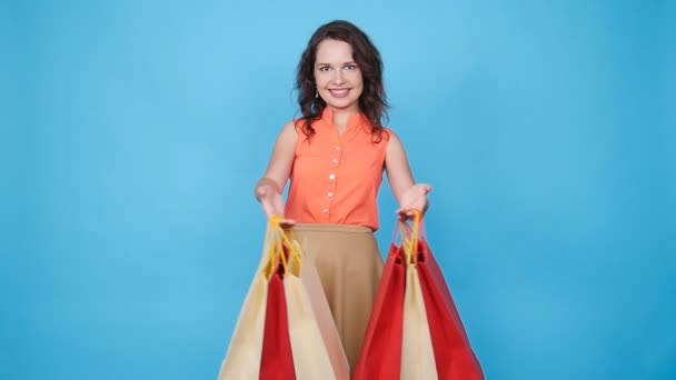 šťastná mladá žena, nošení nákupní tašky