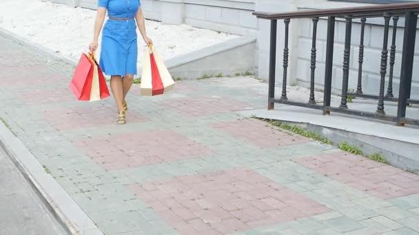 Bevásárlótáskás fiatal nő