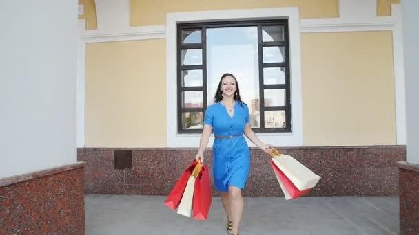 mladá žena s nákupními taškami