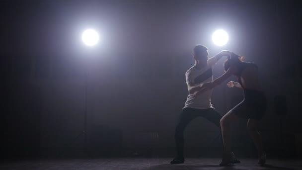 Bailarines de bachata en el cuarto oscuro iluminado — Vídeos de ...