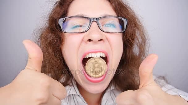 Verrückte Frau mit einer goldenen Bitcoin-Münze
