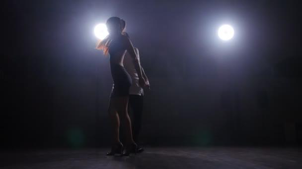 Danza de pareja en un cuarto oscuro con humo — Vídeos de Stock ...