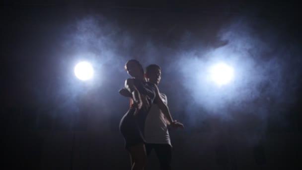 Pareja belleza bailando bachata en el cuarto oscuro — Vídeo de stock ...