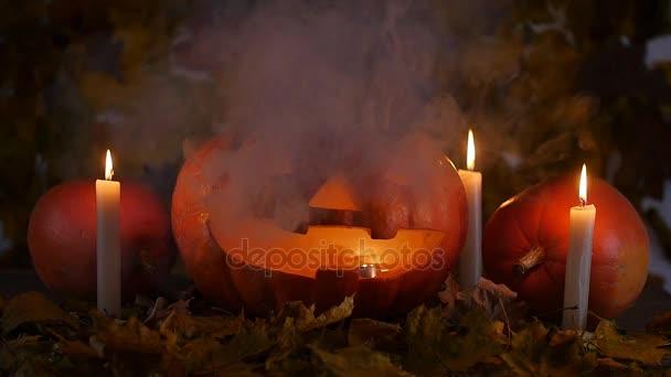 Strašidelný halloween dýně a svíčky v kouři