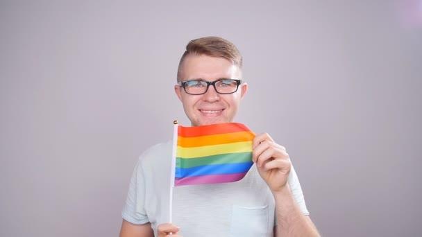 Muž drží Duhová vlajka. Pojem sexuální menšiny a Lgbt