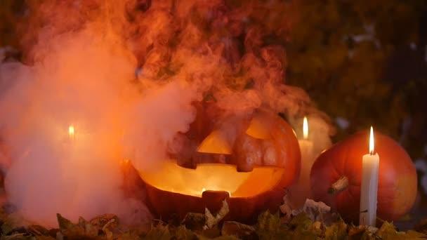 Dýně a svíčky v kouři. Koncept Halloween