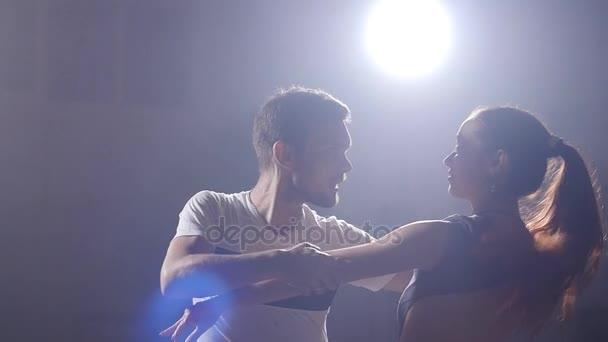 Paare tanzen Bachata in der Nacht