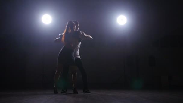 Fiatal pár bachata beltéri tánc
