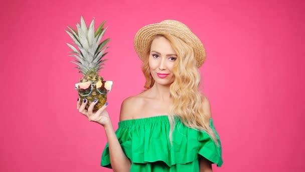 Portrét ženy a ananasu s brýle růžové pozadí