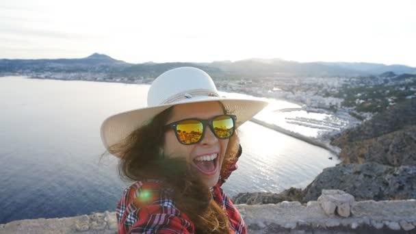 Vue Montagne Femme Heureuse Voyageur Avec Dans Lunettes Et Mer Rend Selfie Soleil De F3ul5TKcJ1