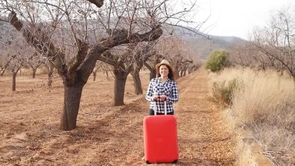 glückliche junge Reisende im Dorf. Landwirtschaftlicher Tourismus