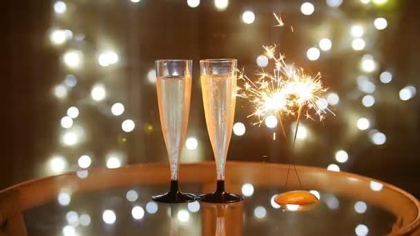 Neujahrsfeier mit zwei Sektgläser und Wunderkerze