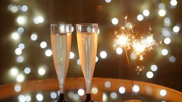 Nový rok oslava s dvěma sklenky na sekt a prskavka