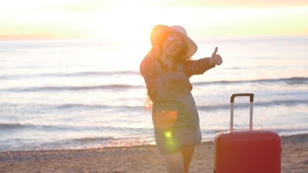 glückliche junge Frau am Strand bei Sonnenuntergang