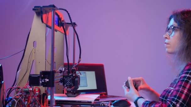 Koncept aditivní technologie a 3D tisku. Žena architekt pomocí 3D tiskárny