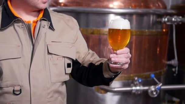 Koncept malého obchodu a výroby. Pivovary testují pivo v pivovaru