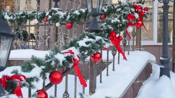 Vánoční výzdoba na zábradlí. Vstup do domu nebo kavárny