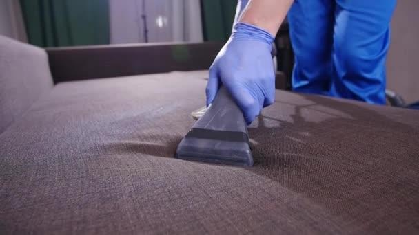 Reinigungskonzept für Haus und Büro. professionelle nasse Sofa-Reinigung