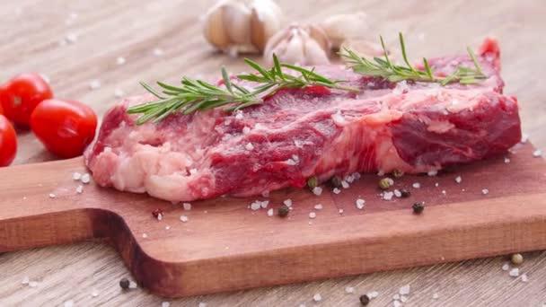 Kochkonzept. rohes Rindersteak auf einem Holztisch.
