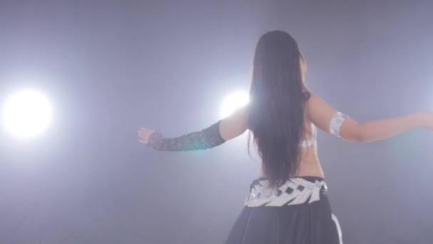 Mladá krásná žena tanec břicho tanec