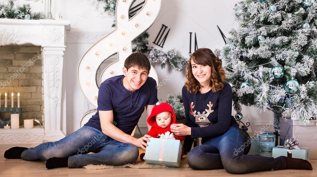 https://st3.depositphotos.com/4509995/12682/i/950/depositphotos_126822568-stockafbeelding-familieportret-van-het-kerstmis-in.jpg