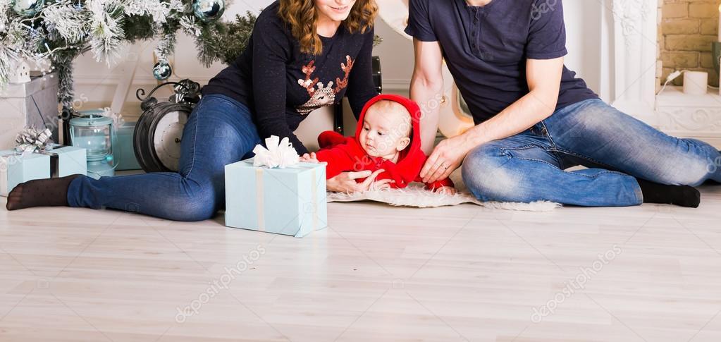 https://st3.depositphotos.com/4509995/12724/i/950/depositphotos_127241114-stockafbeelding-familieportret-van-het-kerstmis-in.jpg