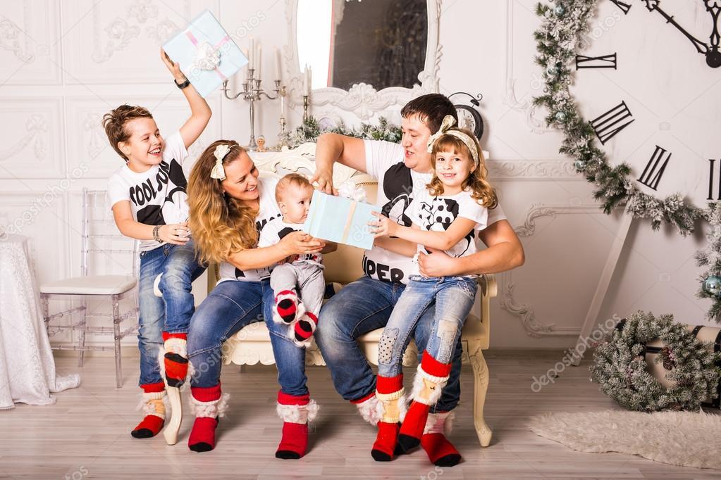Familie Austausch von Geschenken in Weihnachten — Stockfoto ...