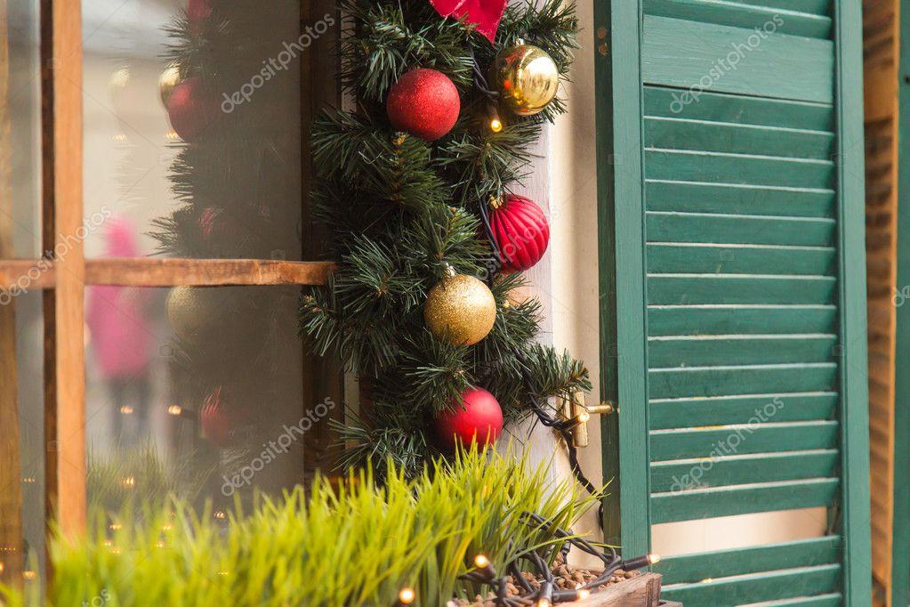 Vacanze Belle Finestre Decorate Per Il Natale Foto Stock Satura