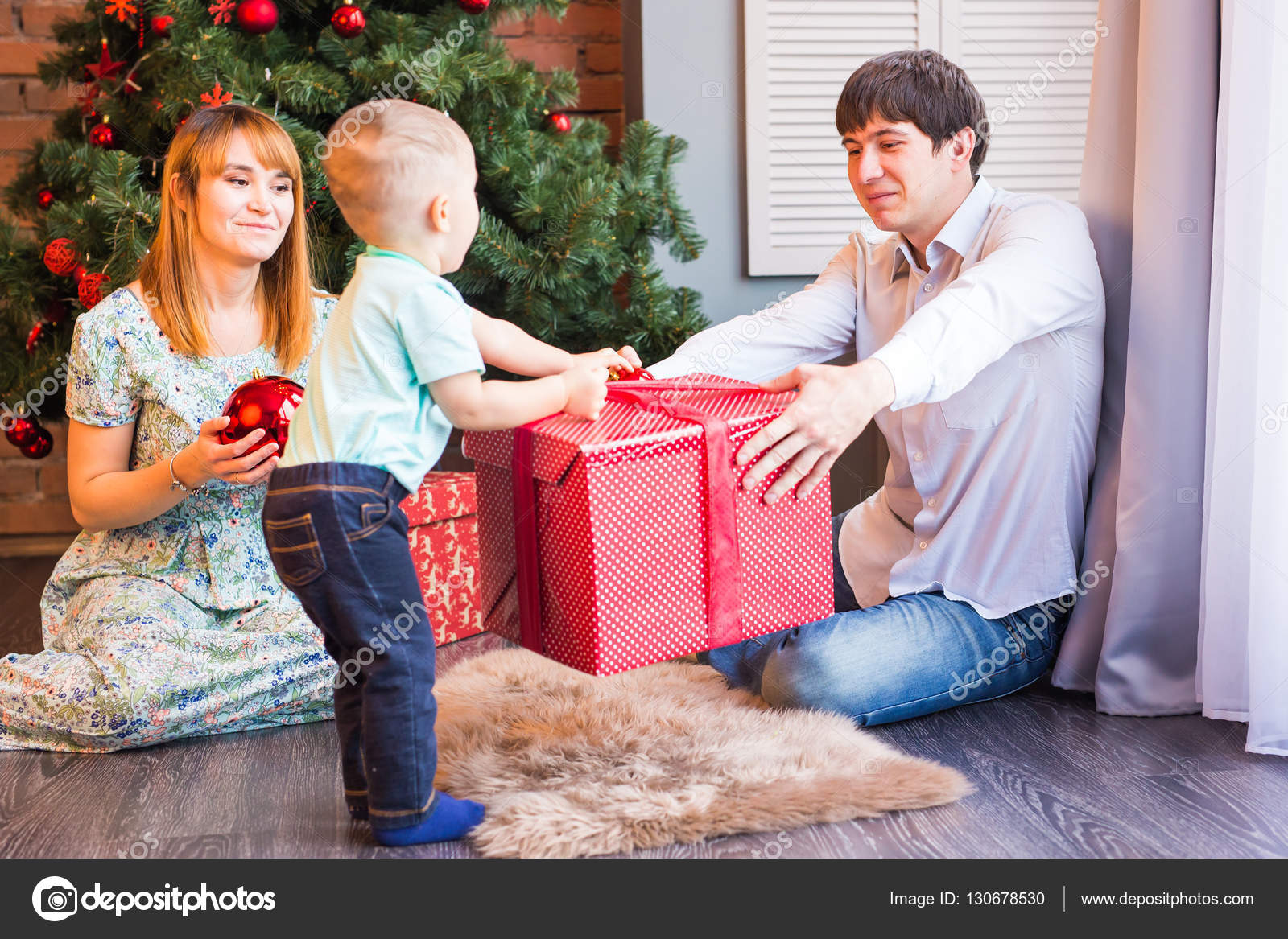 Kerst Familie Met Baby Gelukkig Kind Met Cadeau Kerstboom