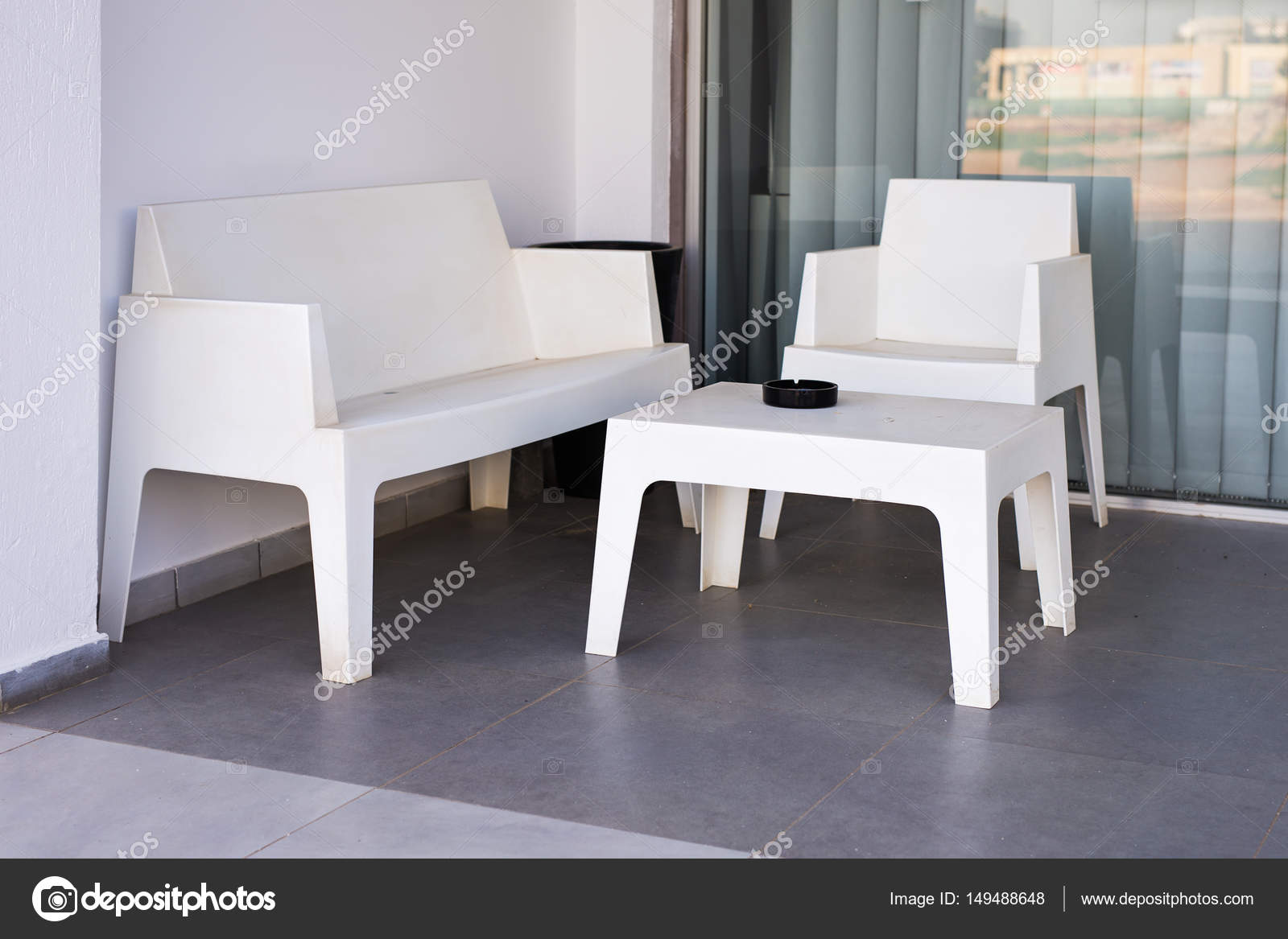 Sedie moderne bianche e tavolo all aperto u foto stock satura