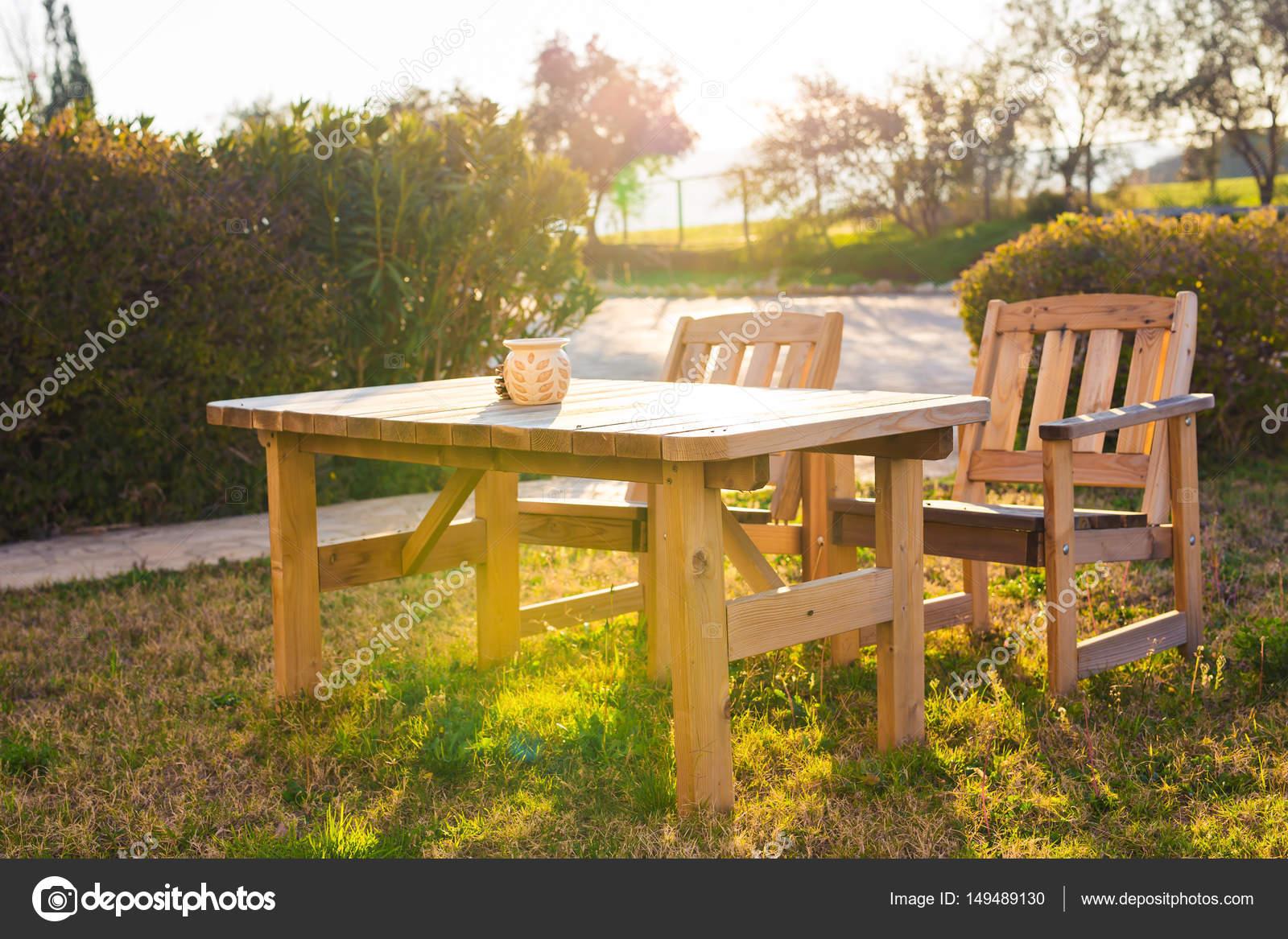Blanco muebles al aire libre. Tumbonas en el jardín del hotel le ...