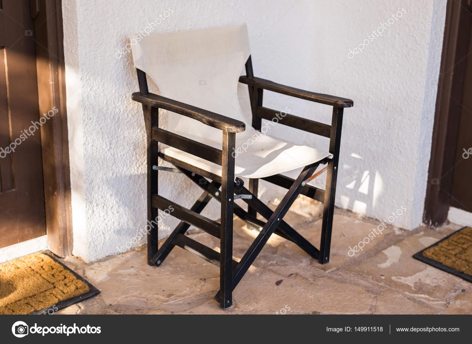 Muebles al aire libre. Tumbonas en el jardín del hotel le invitan a ...